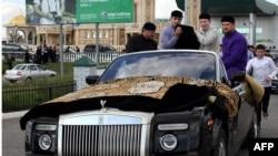 Чечен президенти пайғамбарнинг косасини аэропортдан шахсан ўзи Грозний Жоме масжидига олиб келди.