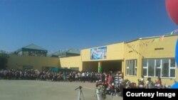 Первый звонок в школе № 26 в микрорайоне Шанырак-2. Алматы, 1 сентября 2016 года.