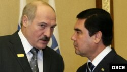 Türkmenistanyň prezidenti G.Berdimuhamedow (s) we Belarusyň prezidenti A.Lukaşenko (ç)