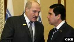 Kazakhstan - President of Belarus Alyaksandar Lukashenka and president of Turkmenistan Gurbanguly Berdymukhammedov talk at the OSCE summit in Astana, 01Dec2010