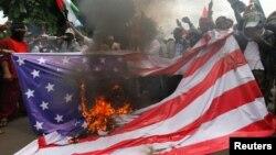 Протест у посольства США в Джакарте.