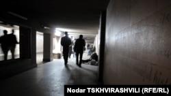 Ираклий – гей, несколько дней в неделю он проводит в одном из городских подземных переходов