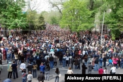 Батырхан Шүкеновті жерлеу рәсіміне келген алматылықтар. Алматы, 1 мамыр 2015 жыл.