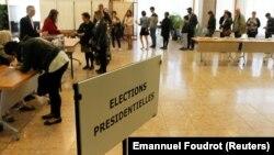 Люди выстроились в очередь на избирательном участке во время президентских выборов во Франции. 23 апреля 2017 года.