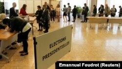 Люди выстроились в очередь на избирательном участке во время президентских выборов во Франции. 23 апреля 2017 года