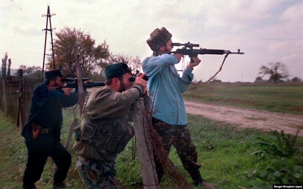 Ресейге қарсы шыққан шешендер федерал әскерилерін барлап тұр. 17 қазан 1999 жыл.