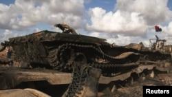Подбитый коалиционными силами НАТО танк на дороге в Бенгази