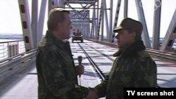 Ооган чек арасынан акыркы болуп чыккан Советтик аскерлердин кол башчысы Борис Громов (оңдо).