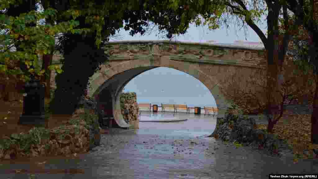 Пішохідний міст на Приморському бульварі вмитий дощем. Наступного року мосту виповниться 115 років. Севастопольці називають його Драконовим мостом, Мостом закоханих, а ще Мостом поцілунків
