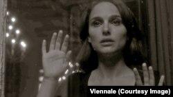 ناتالی پورتمن در نمایی از تریلر شیرین نشاط برای جشنواره وین، اتریش