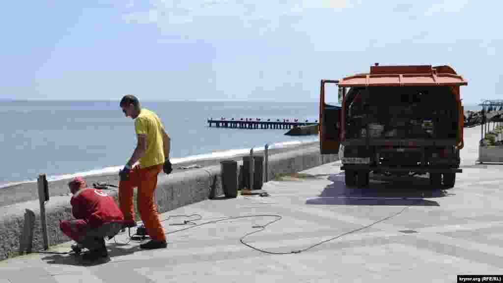 У найбільш відвідуваних місцях набережної встановлюють урни для сміття