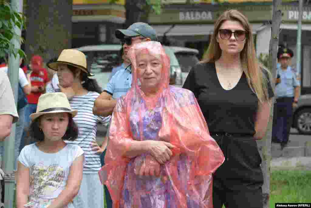 Среди пришедших на открытие памятника были люди разных поколений. Алматы, 22 июня 2019 года.