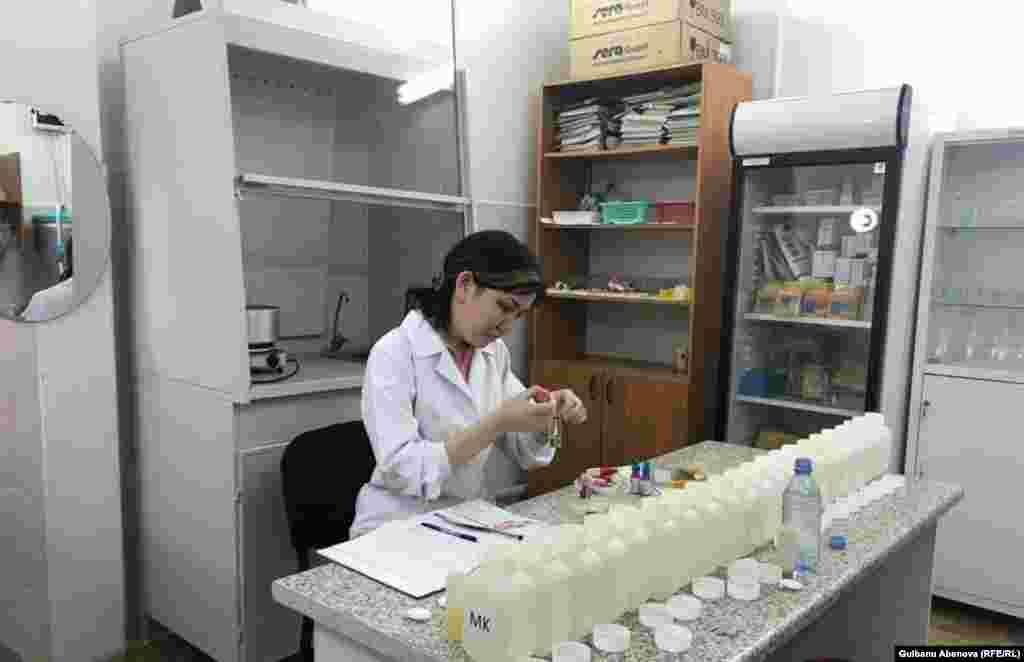Айнур Аманжолова, выпускница Казахского агротехнического университета, работает четыре года гидрохимиком в лаборатории океанариума. Лаборант передает данные о температуре воды, количестве кислорода, нитратов, аммиака, а специалисты по системе жизнеобеспечения должны поддерживать определенную концентрацию всего этого согласно нормам. Астана, июнь 2018 года.