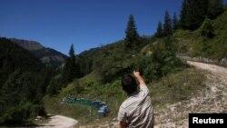 Meštanin sela Hađaj pokazuje liniju razgraničenja Kosova i Crne Gore