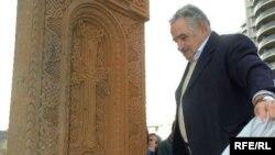 Ուրուգվայի նախագահ Խոսե Մուխիկան բացում է հայկական խաչքարը Մոնտեվիդեոյի Արմենիա հրապարակում, 24-ը ապրիլի, 2010թ․