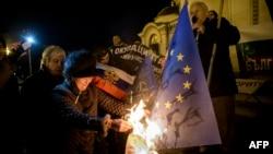 Protestatari anti-UE care au ars un steag al Uniunii Europene într-o demonstrație care a avut loc la Sofia anul trecut
