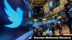 Логотип Twitter'а в здании Нью-Йоркской фондовой биржи.