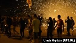 Разрыв светошумовой гранаты в Минске вечером 9 августа рядом с протестующими