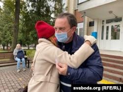 Валянціна Харытонава абдымае Алеся Смаленчука пасьля суду