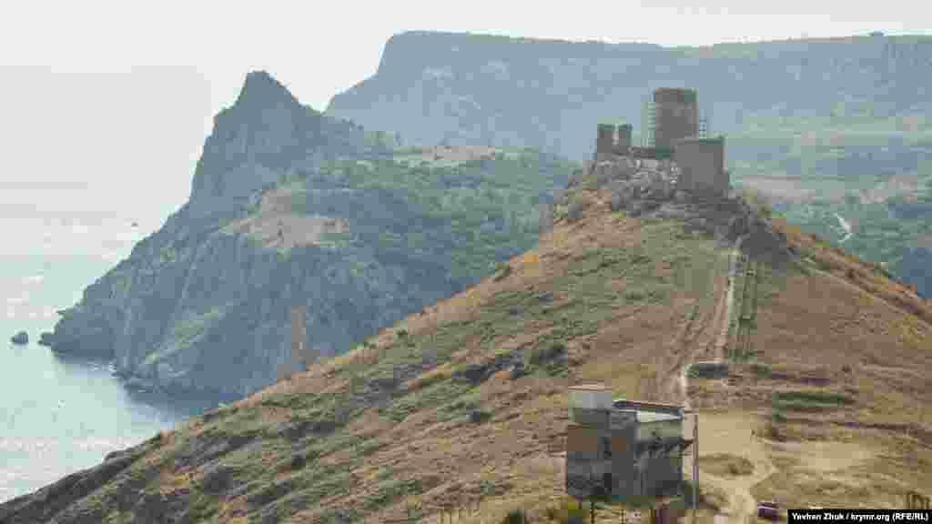 Краєвид із гори Спілія на генуезьку фортецю в Балаклаві. Далі – висоти Кая-Баш. До Балаклави з гори Спілія дорога займе приблизно пів години ходьби