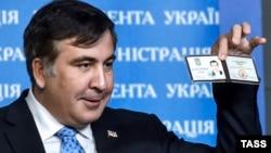 Михаил Саакашвили демонстрирует журналистам удостоверение советника президента Украины, февраль 2015 г.