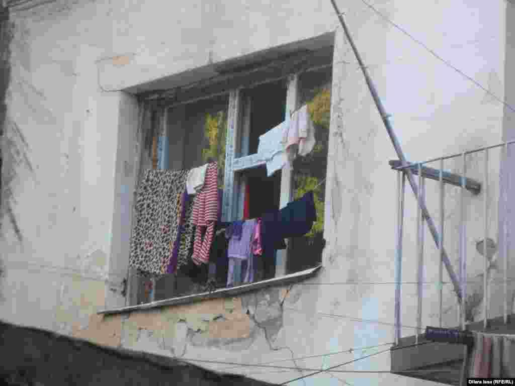 Жатақхана тұрғындары жаятын орын болмағандықтан жуылған киімдерді терезелеріне жіп керіп, кептіреді.