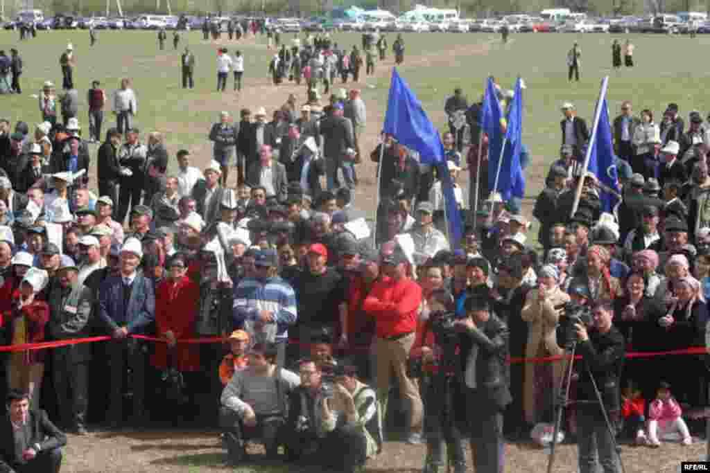 Курултайга келгендер үчүн бул жерге 20 чакты боз үй тигилди - Kyrgyzstan -- Grand Congress (Eldik Kurultay) of United Popular Movement In the Village of Arashan Near Bishkek,25april2009
