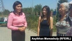Учитель Айман Сагидуллаева (слева) со своими сторонниками у здания Карасайского районного суда Алматинской области. 18 августа 2016 года.
