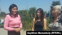 Учитель школы села Жанатурмыс Алматинской области Айман Сагидулла (слева) со своими сторонниками у Карасайского районного суда. Алматинская область, 18 августа 2016 года.
