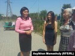 Айман Сагидуллаева, учитель школы села Жанатурмыс Карасайского района Алматинской области (слева), пришла на суд со своими сторонниками. Каскелен, 18 августа 2016 года.