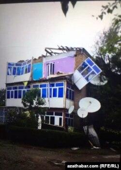 Informacije o razornim olujama u Turkmenistanu, gdje su mediji strogo kontrolisani, svijet je otkrio na osnovu nedopuštenih fotografija i videozapisa o šteti, snimljenih uglavnom mobilnim telefonima.
