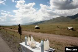 Бішкек-Ош тас жолының бойында сусын сатып отырған үйлер. 21 маусым 2007 жыл. (Көрнекі сурет)