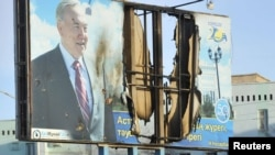 Қазақстан президенті Нұрсұлтан Назарбаевтың суреті салынған билборд. Жаңаөзен, 19 желтоқсан 2011 ж.