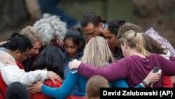 Učenici sa roditeljima nakon pucnjave