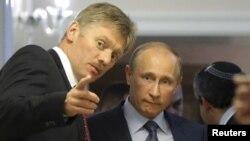 Президент России Владимир Путин (справа) и его пресс-секретарь Дмитрий Песков. Сочи, 14 мая 2013 года.