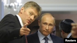 Президент России Владимир Путин (справа), пресс-секретарь президента России Дмитрий Песков (слева). Иллюстративное фото.