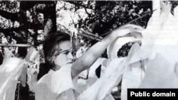 Марына Прусакова разьвешвае аптэкарскія халаты пасьля памытлі, 1961