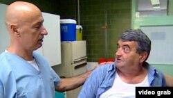 Боснийский врач Эмир Солакович и его пациент серб Бранислав Благожевич.