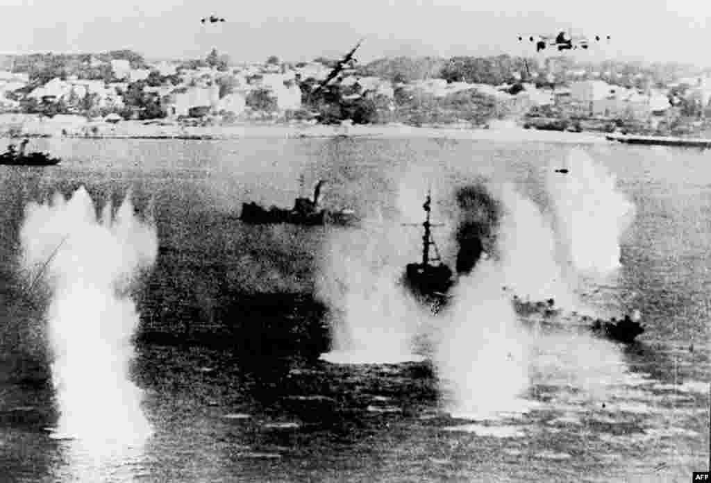 На цьому фото, зробленому 6 червня 1944 року, німецькі винищувачі атакують союзні кораблі. Це найбільш масований натиск у Другій світовій війні. Після цього почалася висадка людей і припасів на узбережжя північної Франції