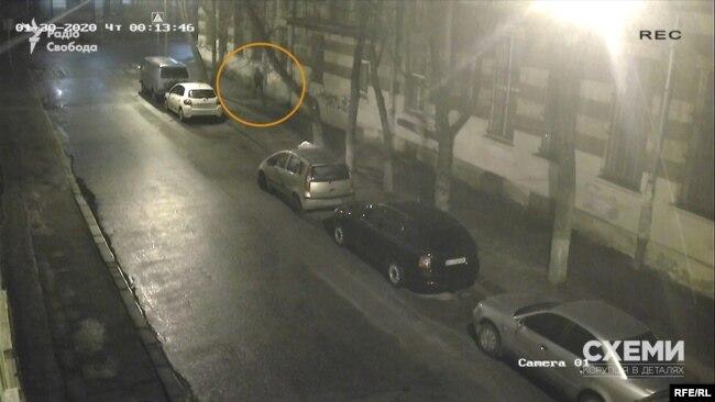 Підпаливши пакет, палій втікає і ховається за рогом вулиці Кубанської