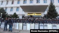 Ош облысы әкімшілігінің алдында тұрған полиция. 2 желтоқсан 2013 жыл.