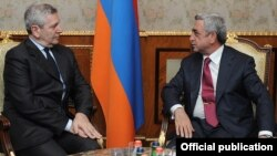 Armenia - President Serzh Sarkisian (R) meets with Italy's Defense Minister Giampaolo Di Paola in Yerevan, 16Oct2012.