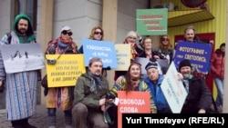 Пикет журналистов в защиту свободы слова в Узбекистане, организованный у здания посольства Республики Узбекистан в России. Москва, 2 апреля 2012 года.