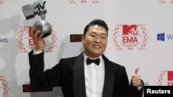 Южнокорейский певец Psy с наградой европейского MTV за лучшее видео. Франкфурт, Германия, 11 ноября 2012 года.