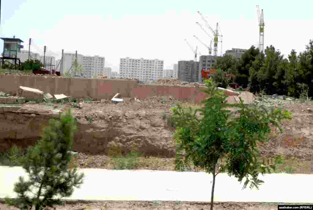 Здание текстильного комплекса им.Туркменбаши, расположенное на улице Юнус Эмре снесено, Ашхабад.