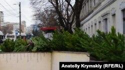 Зібрані дерева можуть переробити на тріску або ж використати у звіринцях