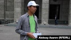 Около каждого из 13 объектов участников ждал волонтер с конвертами с новыми заданиями. Волонтеров можно было узнать по зеленым футболкам. Алматы. 13 сентября 2015 года.