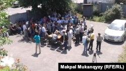 «Собрание демократических сил», прошедшее во дворе частного дома. Алматы, 12 июля 2013 года.