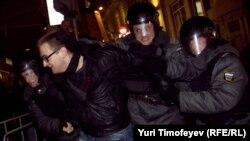 Полиция задерживает одного из участников акции на Триумфальной площади. 6 декабря 2011 года