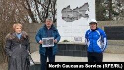 Активисты у мемориала памяти жертв политических репрессий в Ставрополе